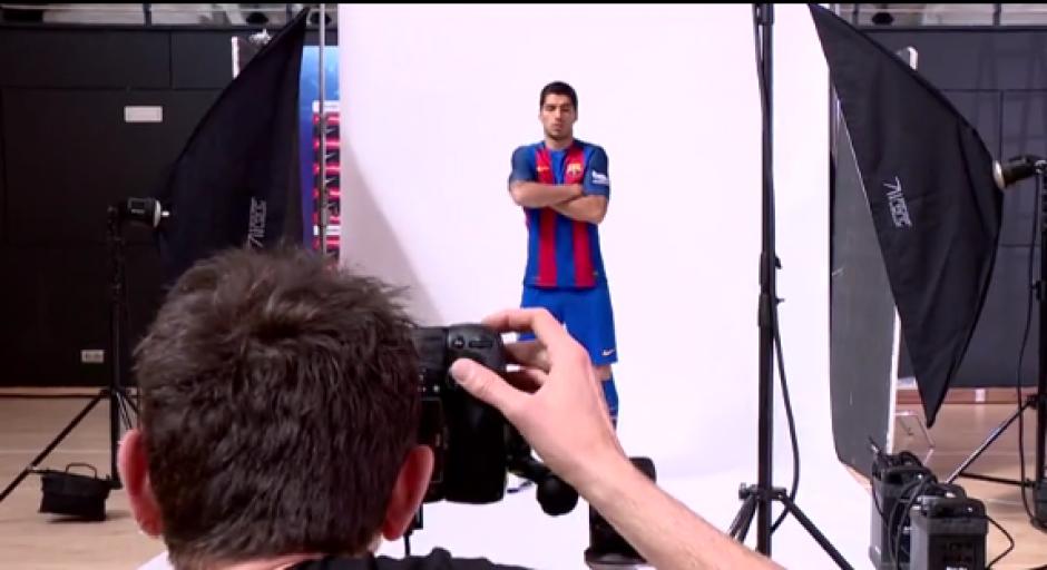 Suárez posa con la nueva camiseta del Barcelona. (Foto: Captura video)