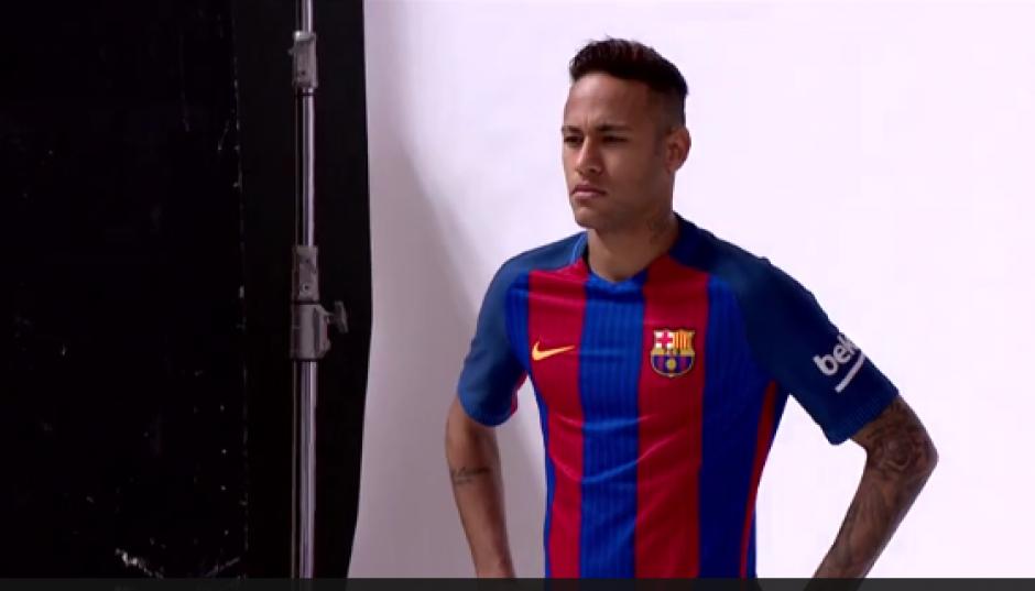 Neymar posa con la nueva indumentaria del Barcelona. (Foto: Captura video)