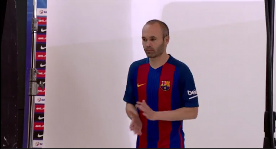 Iniesta se toma las fotos de la nueva camiseta del Barsa. (Foto: Captura video)
