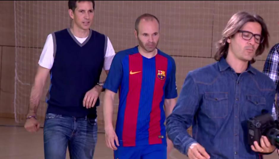 Iniesta participó en el rodaje del video de la nueva camiseta del Barsa. (Captura video)