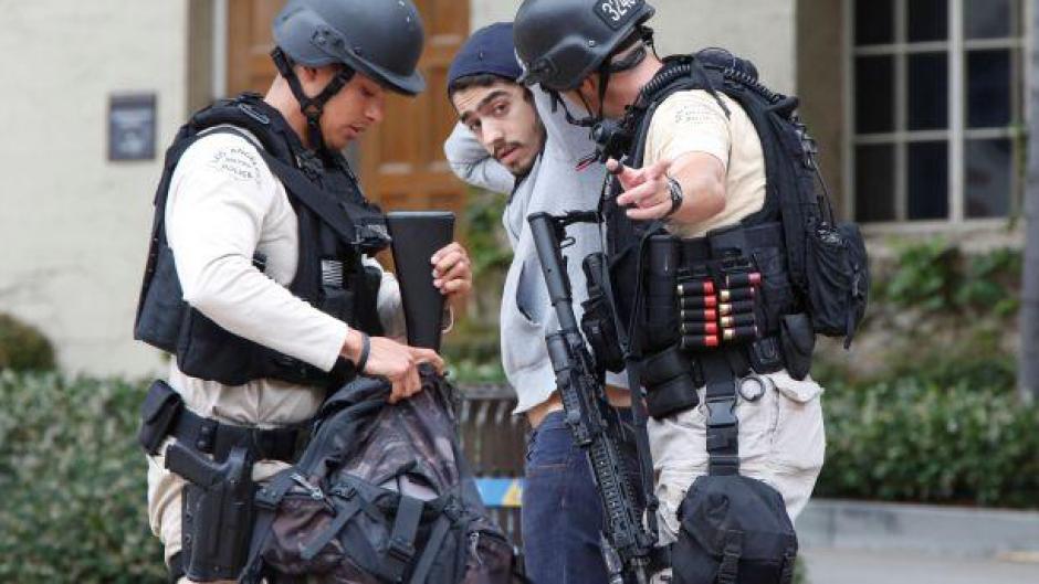 La policía revisa a cada uno de los jóvenes para dejarlos salir del campus. (Foto:  El Comercio/Perú)