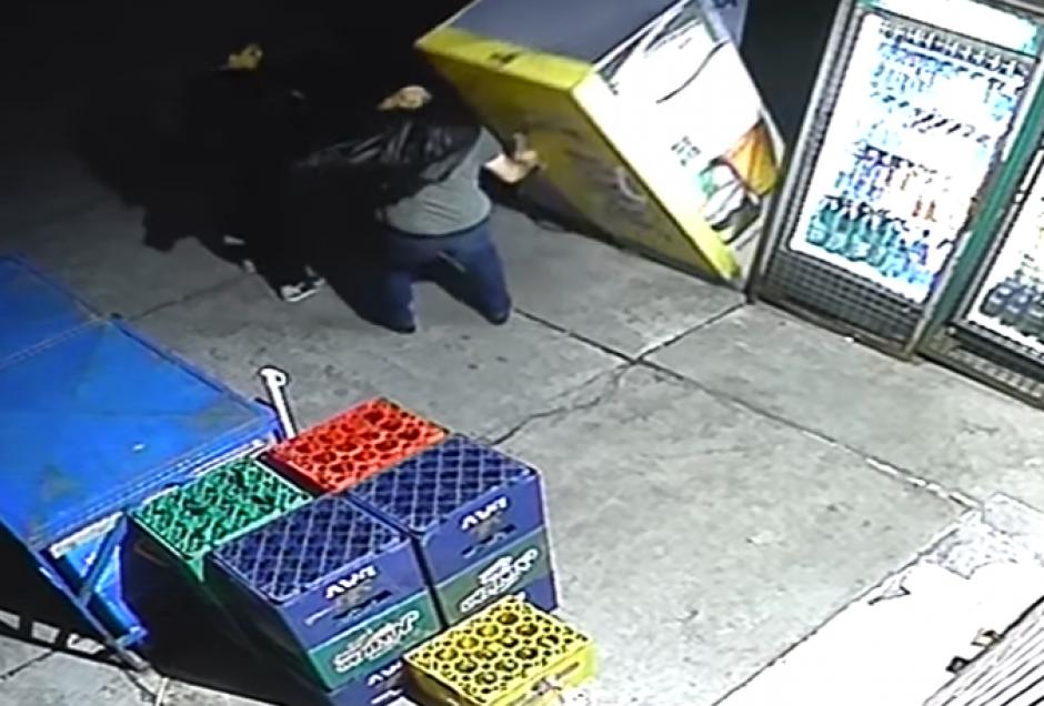 El congelador cayó encima del hombre borracho. (Imagen: Captura de pantalla)