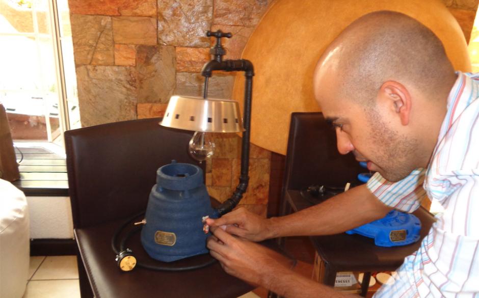 Vicente Ortiz de 34 años trabaja en las lámparas de su propia empresa. (Foto: Gustavo Méndez/Soy502)