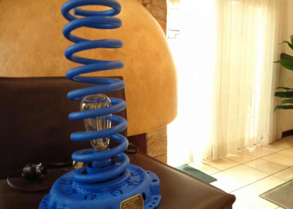 Un gran amortiguador fue convertido en una luminaria. (Foto: Gustavo Méndez/Soy502)