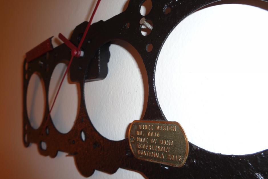 Aunque no los vende, también hace relojes de otras piezas de autos. (Foto: Gustavo Méndez/Soy502)