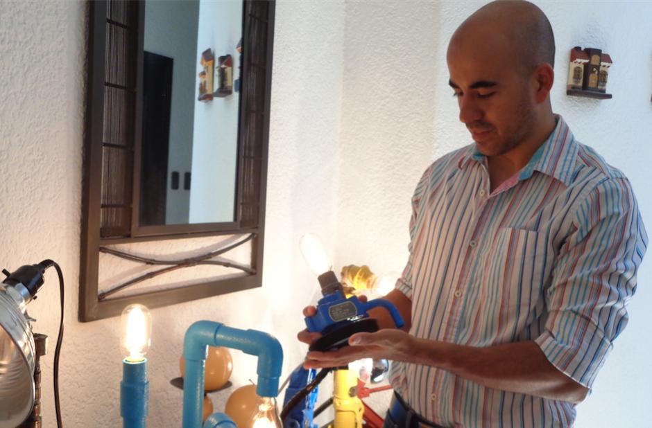 Algunas lámparas están fabricadas bajo pedidos. (Foto: Gustavo Méndez/Soy502)