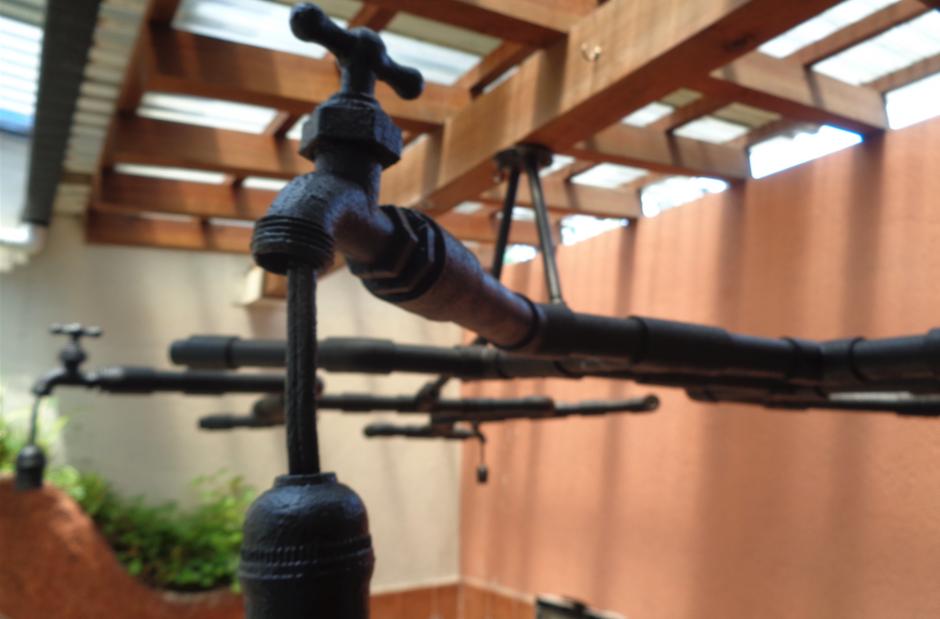 Tubos y chorros son también fundamentales para hacer una lámpara. (Foto: Gustavo Méndez/Soy502)