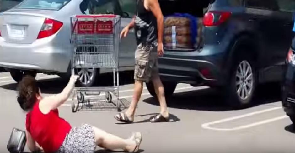 Una de las mujeres es empujada en el centro comercial. (Foto: Captura YouTube)
