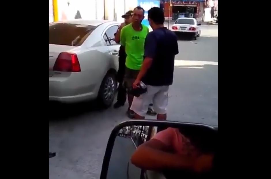 Al momento de controlarlo, otros hombres llegan a auxiliar al agente. (Foto: Captura/Facebook)