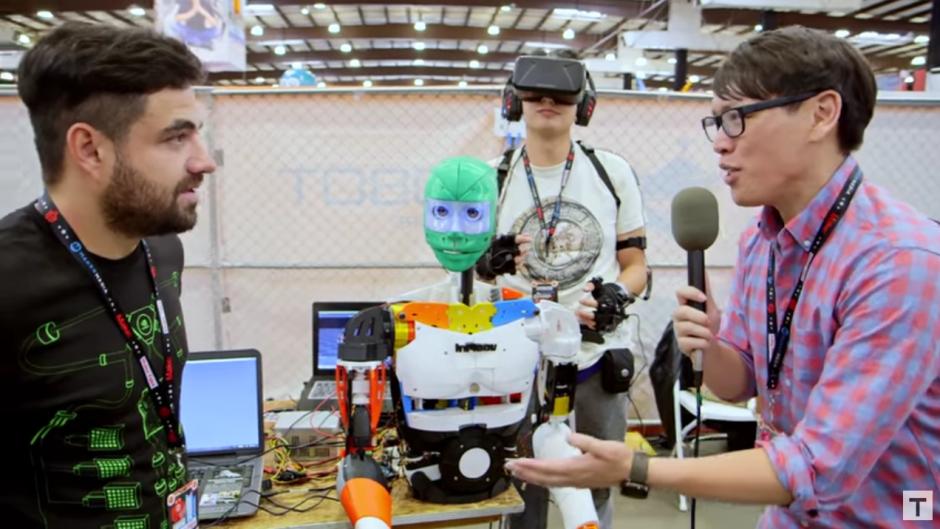 Durante su participación en el Maker Faire 2016, los guatemaltecos fueron entrevistados para conocer su propuesta robótica. (Captura Youtube)