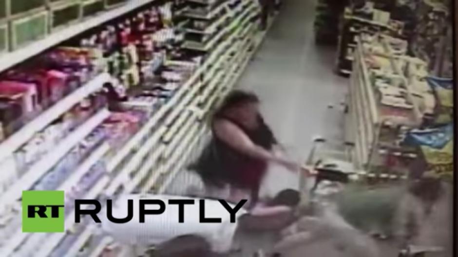 La madre de la niña corrió cuando el secuestrador intentó llevársela. (Foto: Tomado de YouTube)