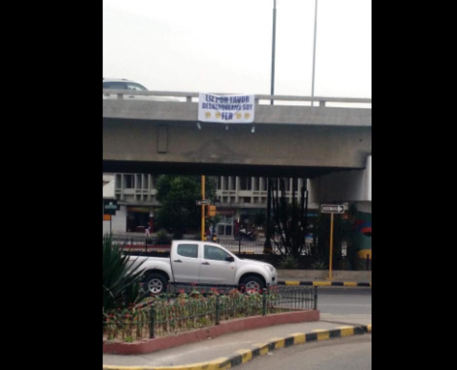 En el puente se observa el mensaje de Fer hacia Liz. (Foto: Twitter/@barbaranajas)