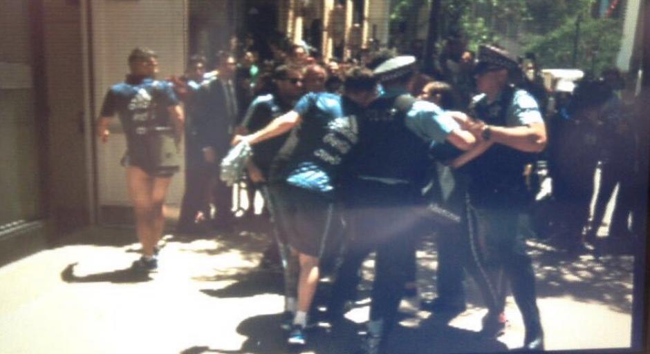 Messi se vio entre jaloneos por parte de la seguridad y la aficionada. (Foto: Twitter/@cecicaminos)
