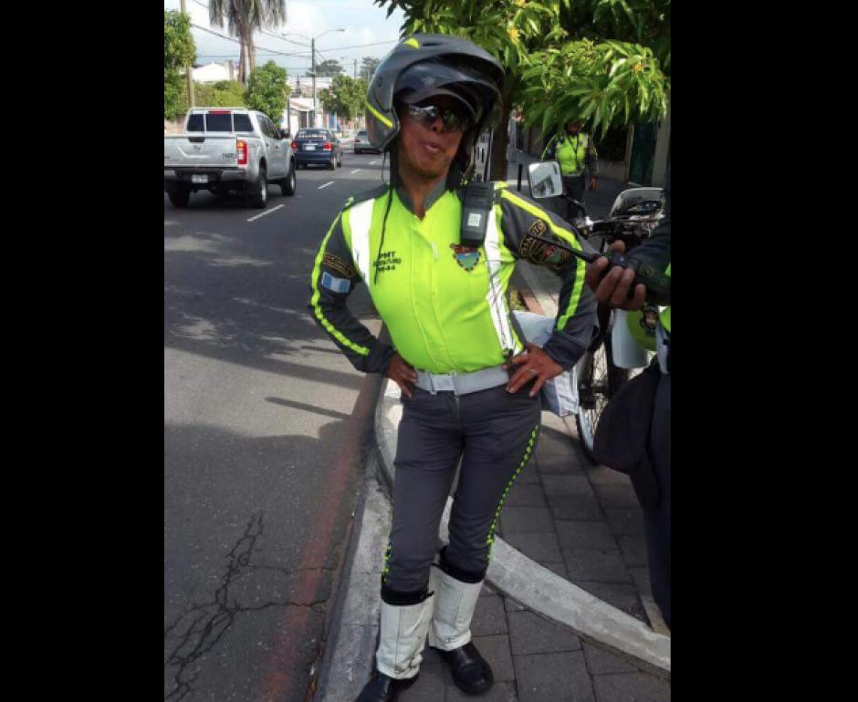 Al momento de tomar las fotos una agente de tránsito posa para la cámara de la familia de Massiel. (Foto: Facebook/MassielCarrillo)