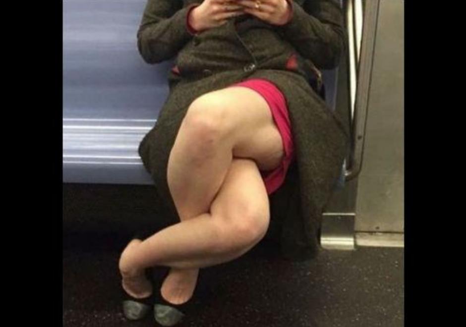 La imagen completa muestra una extraña forma de cruzar las piernas. (Foto: Twitter)