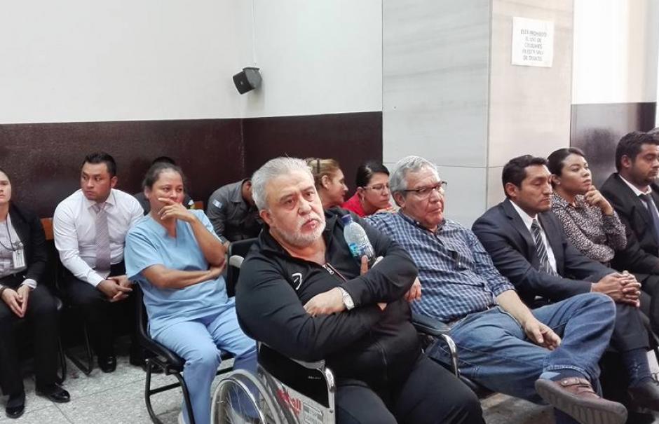 Javier Ortiz, quien llegó en silla de ruedas a la audiencia, y Miguel Ángel Lemus fueron los otros ligados a La Línea que recibieron medida sustitutiva. (Foto: Marcia Zavala/Soy502)