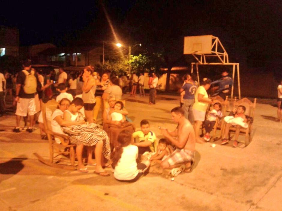 Las personas esperan en espacios abiertos debido a los fuertes temblores. (Foto: Canal 2 de Nicaragua)