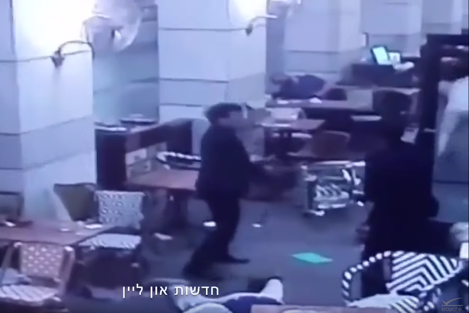 Dos asaltantes entran a un restaurante y disparan contra soldados y ciudadanos israelíes. (Foto: Captura de Pantalla/Youtube)