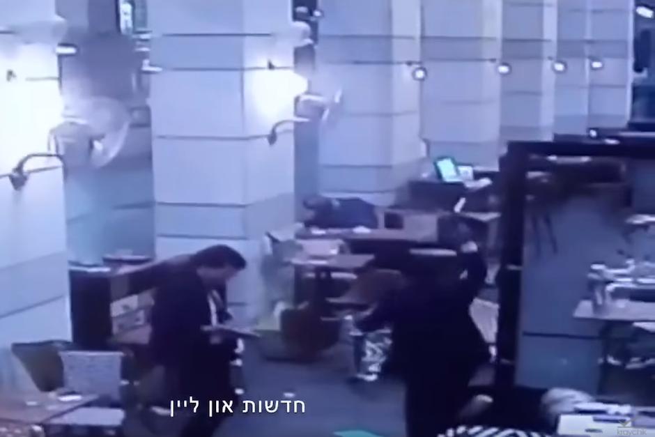 Este jueves se difundieron los videos, captados por las cámaras de seguridad del restaurante. (Foto: Captura de Pantalla/Youtube)