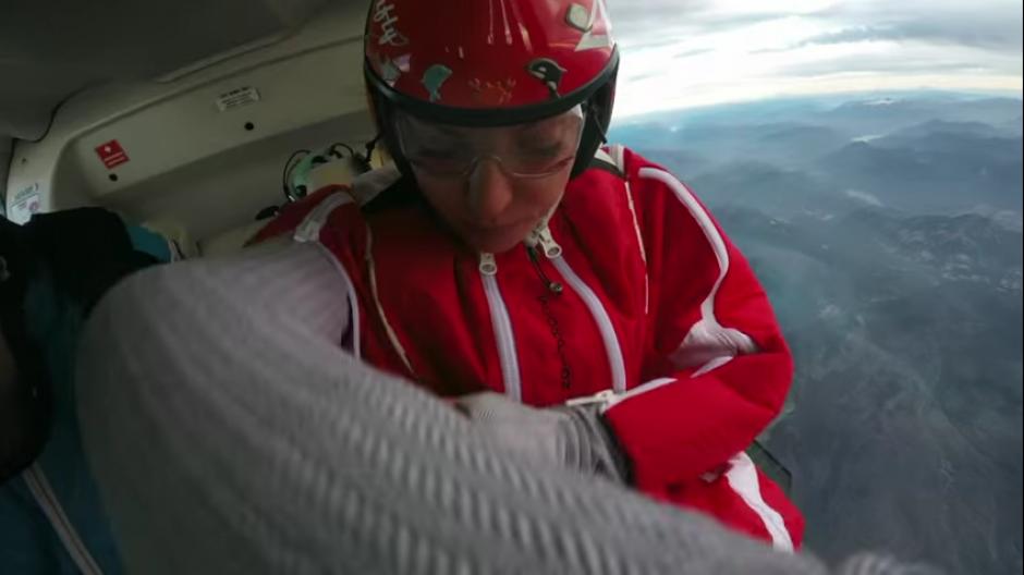 Roberta analiza el espacio antes de lanzarse hacia el cráter del volcán. (Foto: Captura de YouTube)