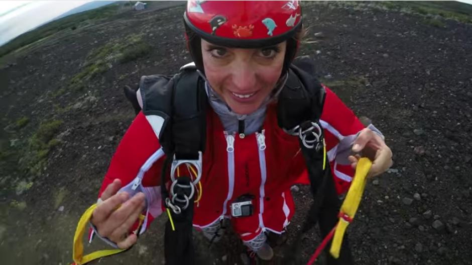 Roberta sonríe al llegar a tierra firme tras cumplir este reto. (Foto: Captura de YouTube)