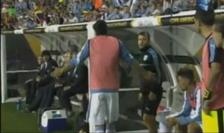 Suárez le pregunta al cuerpo técnico si puede jugar. (Foto: Twitter/TyCSports)