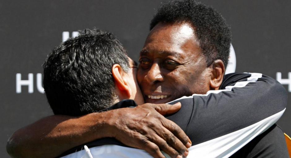 Maradona y Pelé se fundieron en un fraternal abrazo. (Foto: Twitter/@Antonio_Rosque)