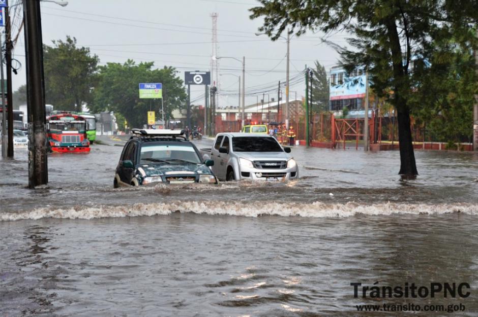 En la Calzada Aguilar Batres colapsó el sistema de drenajes. (Foto: PNC/Tránsito)