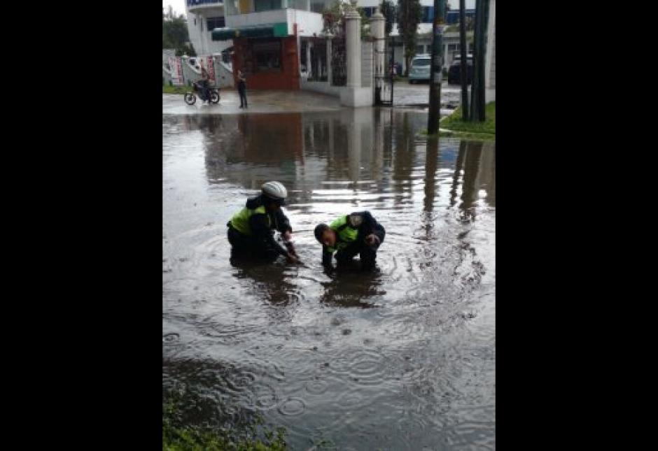 Agentes de Emixtra trabajan para drenar el agua. (Foto: Pablo Morales/Emixtra)