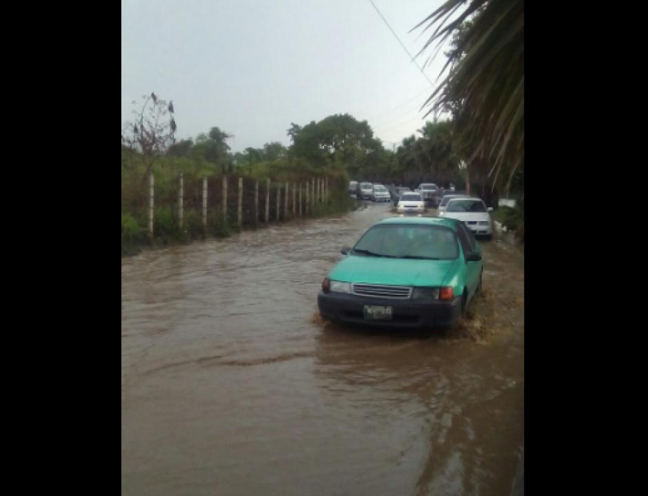En Mixco las calles se inundaron. (Foto: Pablo Morales/Emixtra)
