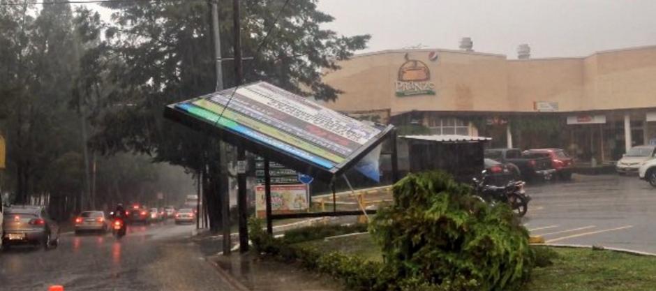 La publicidad no soportó los vientos y lluvia. (Foto: Twitter/InfoTráfico)