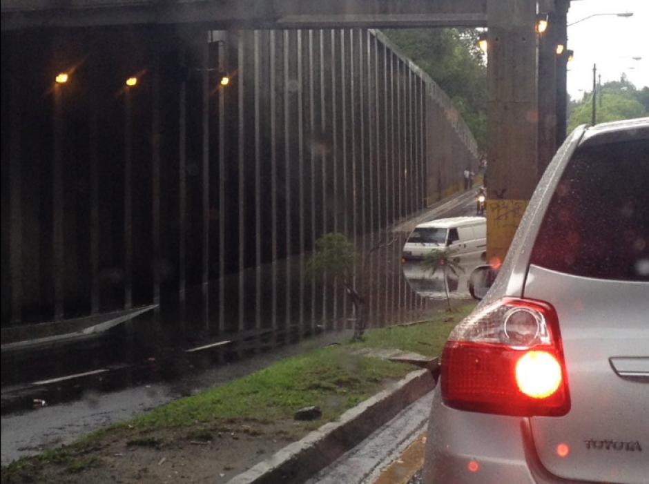 El puente de Las Charcas que conecta Periférico con San Cristóbal colapsó. (Foto: Facebook/Juanma Arreaga)