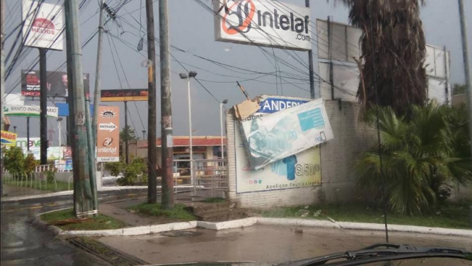 Los anuncios y vallas de publicidad cayeron ante la lluvia. (Foto: Facebook/Juanma Arreaga)