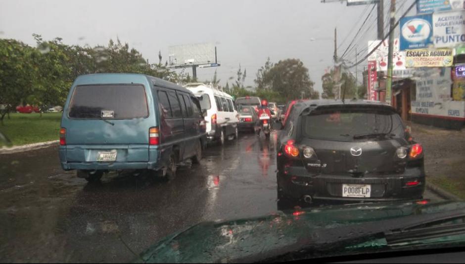 Los usuarios reportaron largas filas para llegar a sus destinos. (Foto: Facebook/Juanma Arreaga)