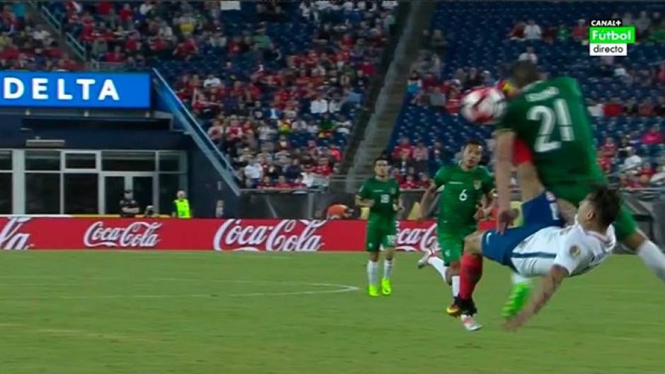 El jugador de Bolivia resultó lesionado. (Foto: Canal +)