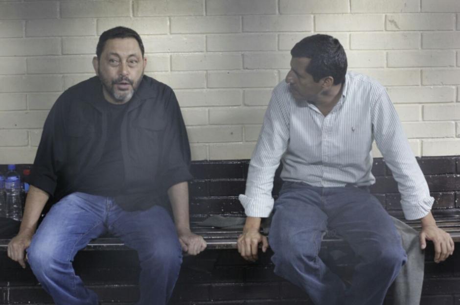 Los exministros platican entre ellos mientras esperan la audiencia. (Foto: Alejandro Balán/Soy502)