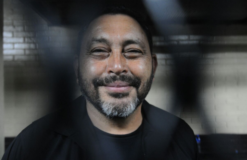 A pesar de encontrarse detenido, López Bonilla aún sonrie. (Foto: Alejandro Balán/Soy502)