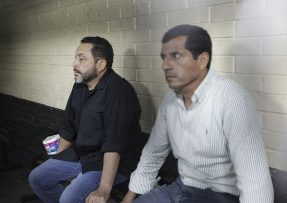 Los exministros López Bonilla y López Ambrocio se encontraron en la carceleta de Tribunales. (Foto: Alejandro Balán/Soy502)