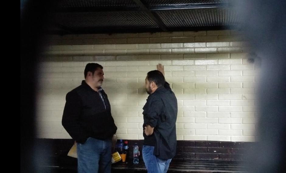 Mauricio López Bonilla platica con Ulises Anzueto en la carceleta de torre de Tribunales. (Foto: José Miguel Castañeda/Soy502)