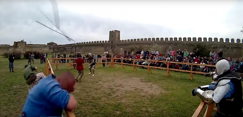 Una espada sale volando y golpea la cabeza de un hombre. (Foto: Captura de Pantalla/Youtube)