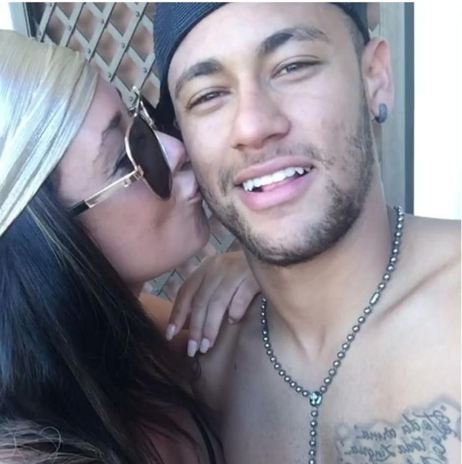 Danielle Perry besa a Neymar y publica la foto en Instagram. (Foto: Daniielleperry)