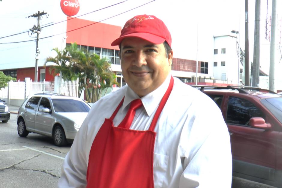 Edwin Cacacho despierta muy temprano y sirve panes con una sonrisa a cientos de guatemaltecos. (Foto: Javier Lainfiesta/Soy502)