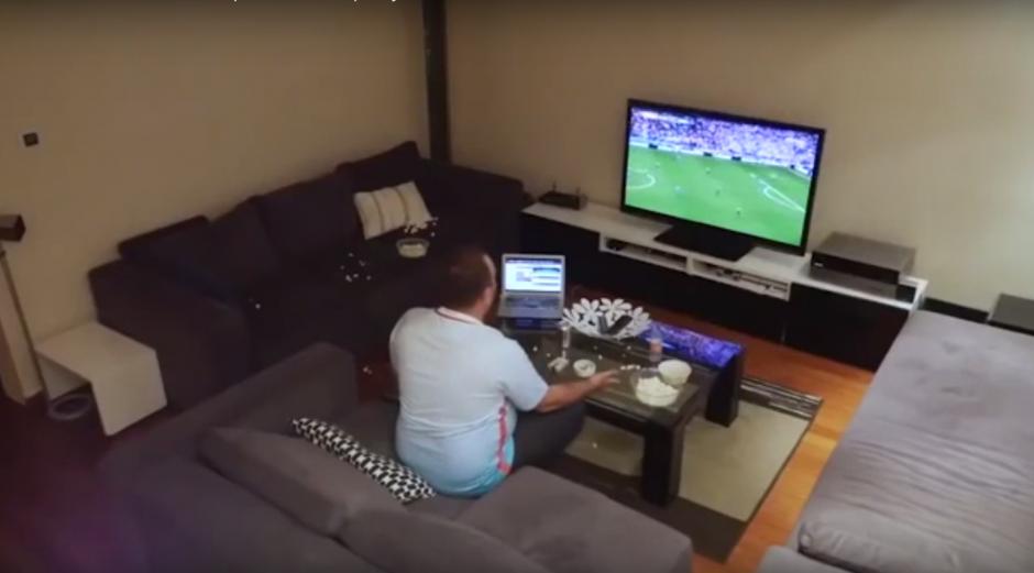 Izzet vé con atención el encuentro de fútbol.  (Foto: Captura de YouTube)