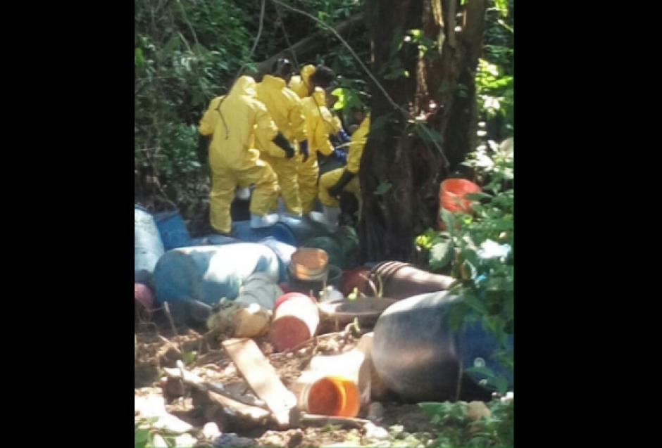 Toneles y varios recipientes con químicos fueron localizados. (Foto: PNC)