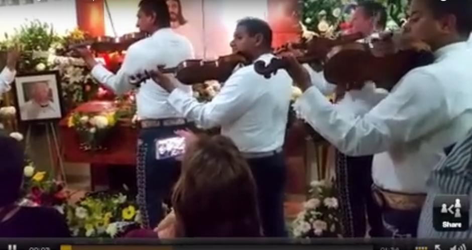 Los mariachis interpretaron el tema que acompañaba cada capítulo de la serie. (Imagen: Captura de YouTube)