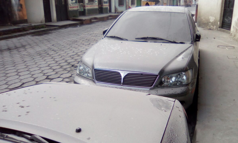 La ceniza del volcán ha cubierto los vehículos que permanecían parqueados en la calle. (Foto: Twitter/@C_Gonzalez_100)
