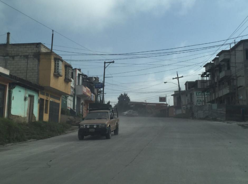 En las calles, la ceniza es trasladada por el viento y por los vehículos que se desplazan en el área. (Foto: Twitter/@jr_ralon)