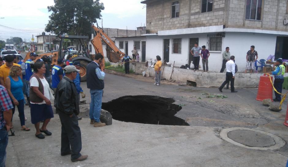 """El agujero se generó en la 4a. calle """"A"""", entre 15 y 16 avenida, zona 4 de Villa Nueva. (Foto: Gerson Gudiel/PMT Villa Nueva)"""