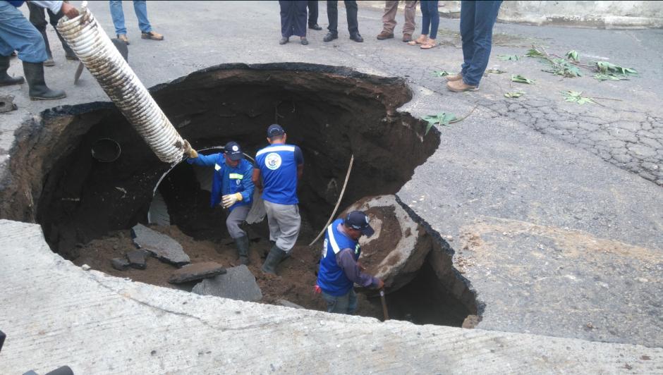 La perforación responde a un colapso del drenaje del sector. (Foto: Gerson Gudiel/PMT Villa Nueva)