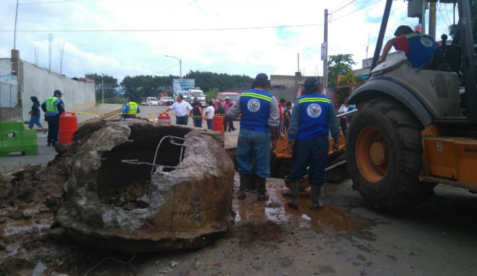 Una fuga de la tubería repercutió en el socavó una parte de la calle. (Foto: Gerson Gudiel/PMT Villa Nueva)